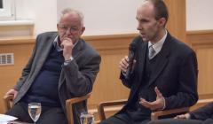 vpravo druhý hosť, historik Pavol Jakubčin, vľavo jeden z moderátorov diskusného večera Peter Horváth
