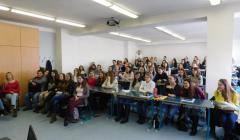 študentky zaplnili miestnosť takmer do posledného miesta