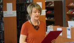 Riaditeľka knižnice Zuzana Martinkovičová číta úvodný fejtón