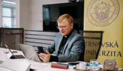 Miloš Lichner moderuje konferenciu Otvárame dvere